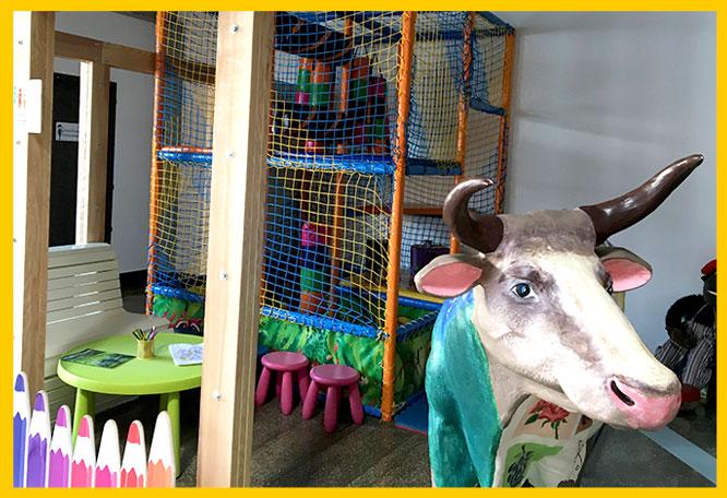 Детская зона в семейном ресторане Le Komora, кафе где можно посидеть с детьми