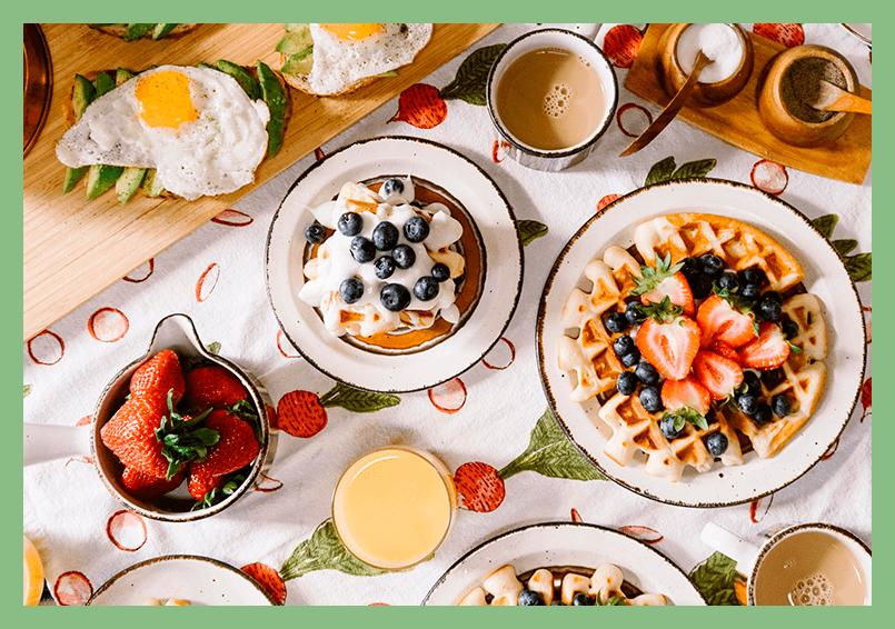Добавки к завтраку в Le Komora - сыры, свежие фрукты, чай и кофе