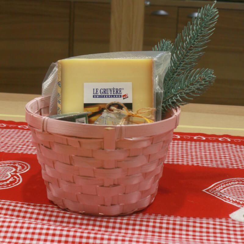 Подарочная корзина с сыром