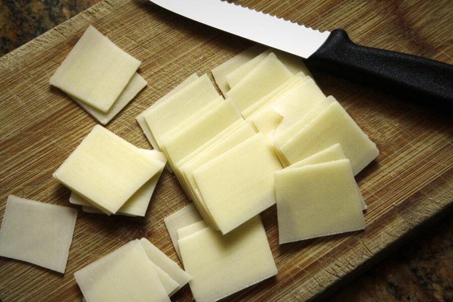 Нарезка сыра тонкими ломтиками