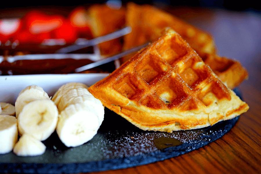 вафли и бананы как отличная закуска под шоколадное фондю