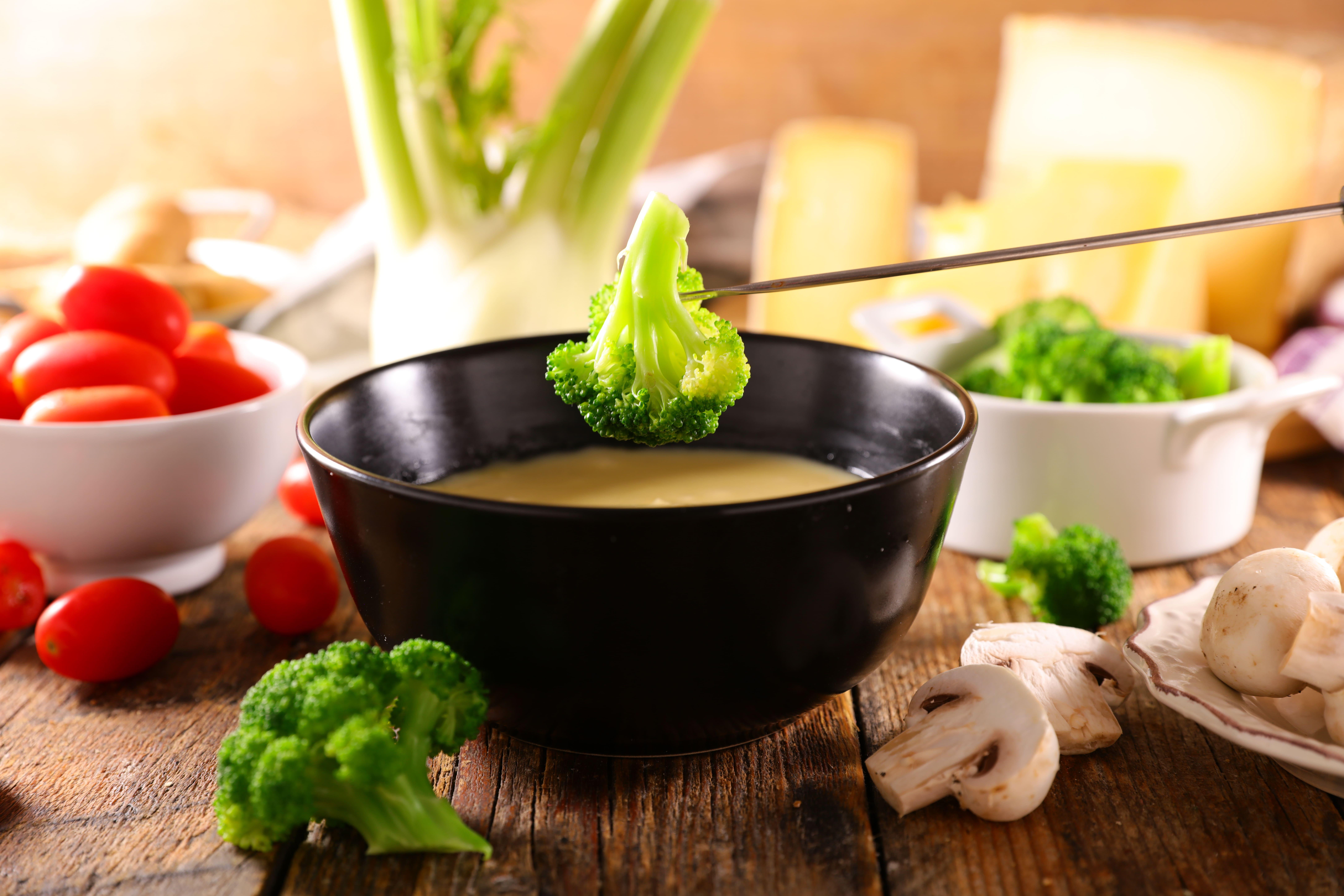 Сваренное брокколи для макание в сырное фондю