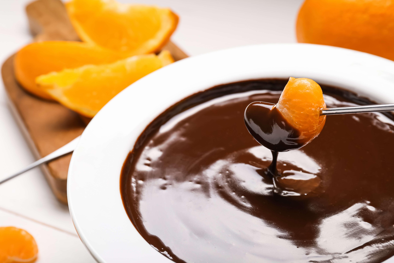 Шоколадное фондю из черного шоколада по рецепту, с опцщенной в него мандаринкой